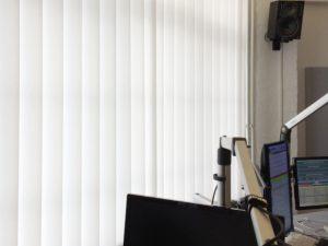 Jalousien als Sichtschtschutz für Arbeitsplatz