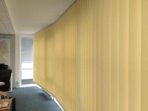 Verti beige gebogene Fensterfront