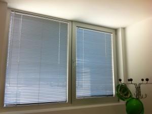 Innenjalousien an Aluminiumfenstern
