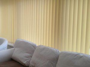 Vertikaljalousie beige und couch